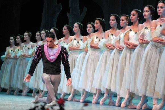 Yanni Garcia y el cuerpo de baile del Ballet de Camagüey